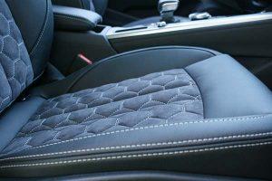 Audi-A4-Buffalino-Leder-Alcantara-Zwart-Honingraadpatroon-detail--300x200