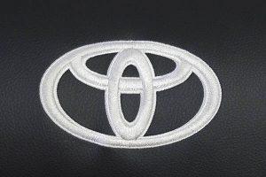 Borduring-Logo-Toyota-Wit-Stiksel-300x200