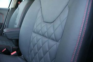 Renault-Clio-Buffalino-Leder-Antraciet-Rood-stiksel-Detail-300x200